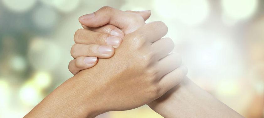 mains qui se consolident l'une l'autre